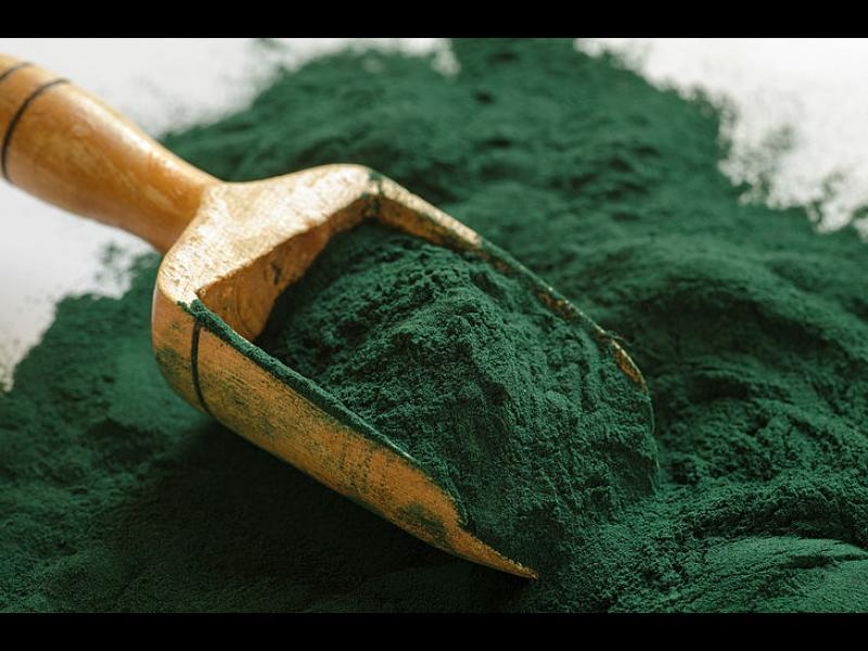 Включение спирулины в рацион означает, что организм получает очень полезные ингредиенты и очищается от вредных веществ, в том числе тяжелых металлов.  Было подсчитано, что всего 1 г спирулины имеет такую же пищевую ценность, как 1 кг овощей.
